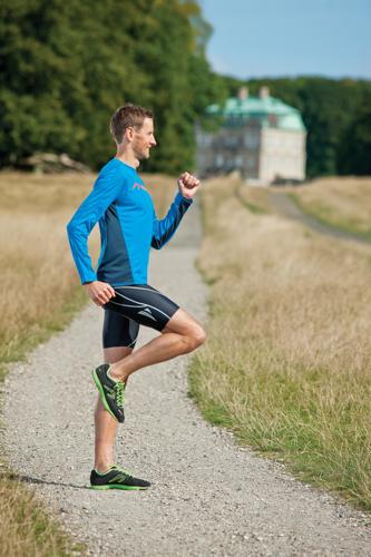 Løft foden med korte hurtige skridt