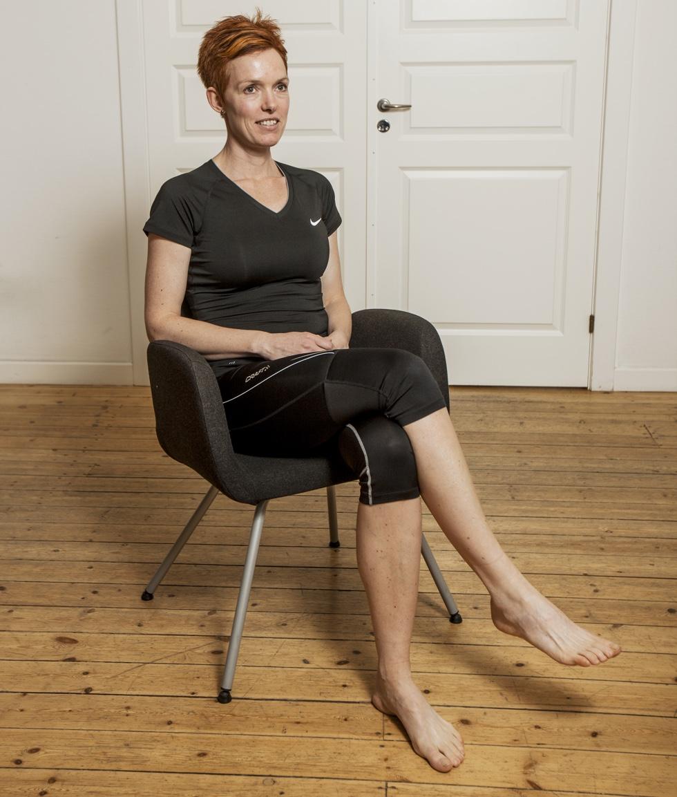Dorthe sidder på en stol.