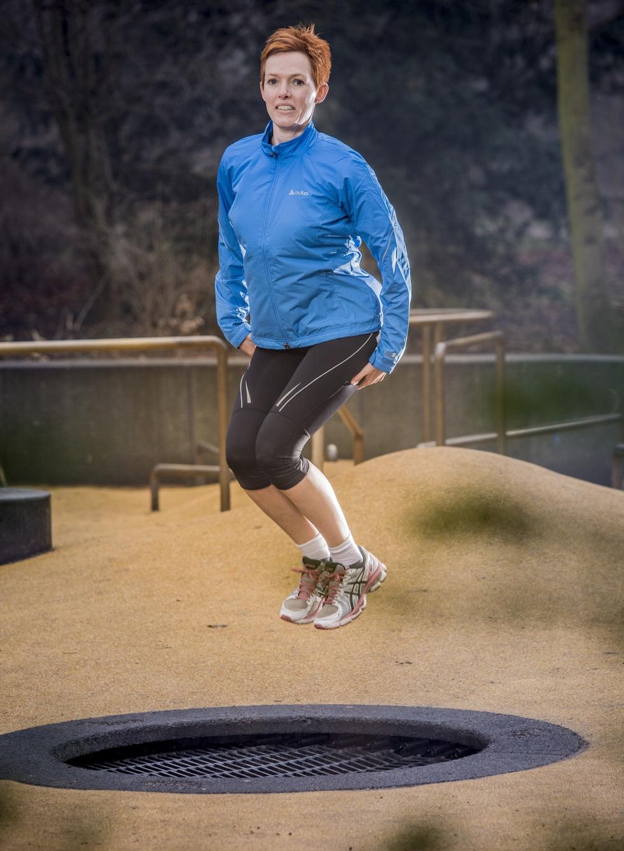 Dorthe hopper på trampolin.