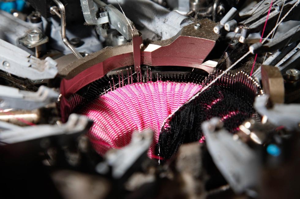 4add0c05af1 Under maskinen sidder specielle snører, som i sidste ende sørger for  kompression. Den skabes af forskellige kapillærer af Lycra-tråde, omsluttet  af ...