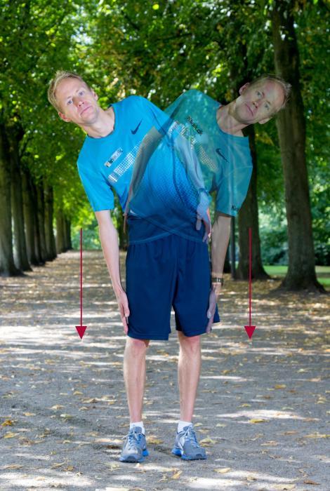 Henrik Them demonstrerer en sidebøjning udendørs